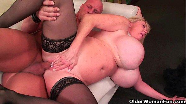 Pornô coroa gostosa super peituda entrando na vara