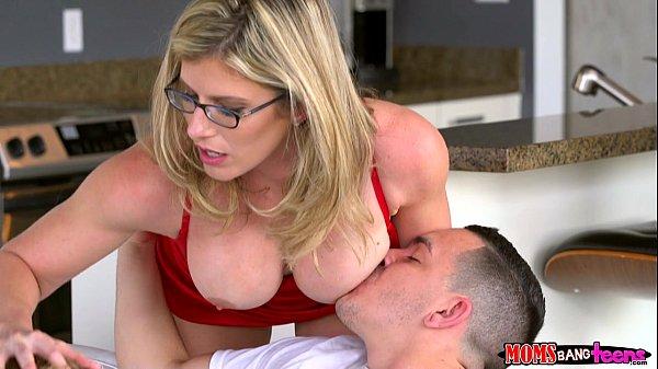Xxx video mãe gostosa flagra a filha trepando com o namorado