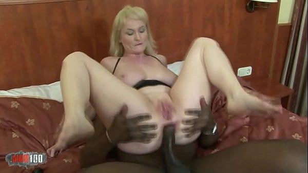 Porno com coroa loira rabuda dando cu pra negão