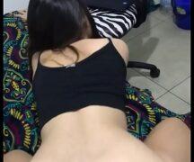 Moreninha bucetuda sentando na rola