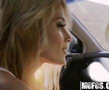 Quero ver mulher pelada loira gostosa fodendo dentro do carro