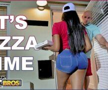 gostosa tatuada do porno amadora fodendo com o cliente da pizza