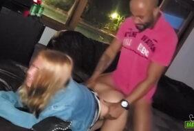 Cabine de sexo loira vadia fodendo com seu parceiro caiu na net do cam 4